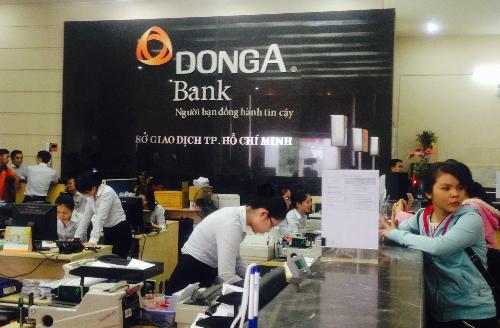 Cảnh giao dịch tại thời điểm mà Ngân hàng Đông Á bị đưa vào diện kiểm soát đặc biệt. Ảnh: Lệ Chi.