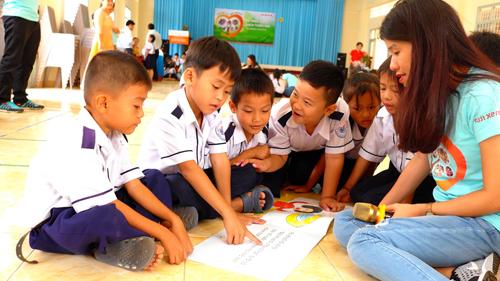 Thông qua dự án Cho em vui đến trường, nhiều trẻ em được tiếp cận với giáo dục.