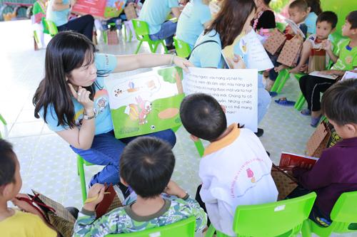 Hơn 30 nhân viên Fuji Xerox Việt Nam dành một ngày làm việc để tham gia buổi lễ trao tặng sách với gần 200 em học sinh và giáo viên, cùng nhau đọc sách và tham gia các hoạt động vui chơi bổ ích.