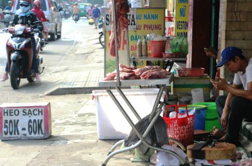 Thịt heo được bán ở vỉa hè đường Lê Đức Thọ. Ảnh: Hồng Châu.