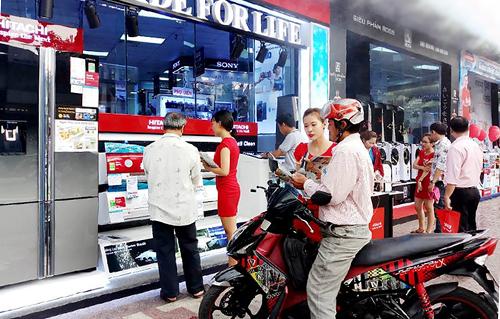 Khách tham quan mua sắm các sản phẩm chống nóng tại Nguyễn Kim.