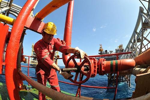 Công nhân khai thác dầu khí của Vietsovpetro làm việc trên giàn khoan
