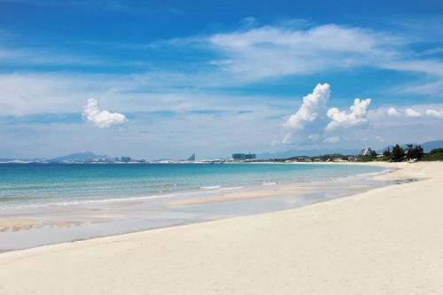 Khung cảnh thiên nhiên Bãi Dài hoang sơ với biển xanh, cát trắng mịn.