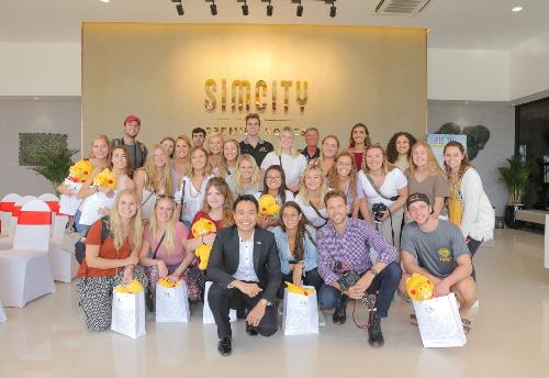 Đoàn sinh viên Đại học Colorado (Mỹ) tại nhà mẫu dự án SIMCity Premier Homes.