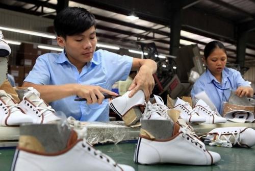 Bên trong nhà máy sản xuất giày dép Việt Nam. Ảnh: TTXVN.