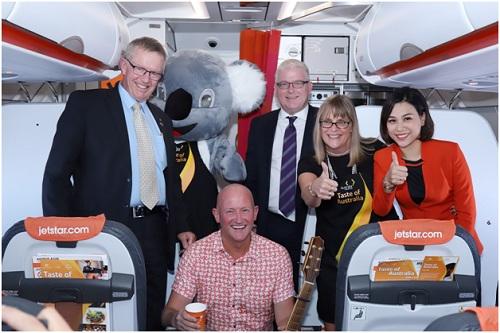 Ngài Mark Coulton, ngài Craig Chittick và bà Karen Lanyon chụp ảnh lưu niệm trên máy bay Jetstar.