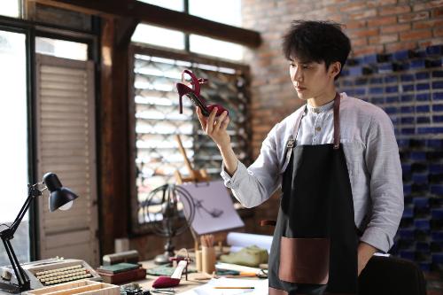 Hãng giày túi Việt tung cách thức mới lạ để chiếm cảm tình người tiêu dùng.