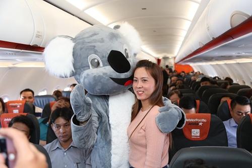 Hành khách thích thú chụp hình kỷ niệm cùng gấu Koala.