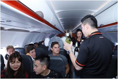 Tiếp viên Jetstar giới thiệu và phục vụ rượu vang cho hành khách.