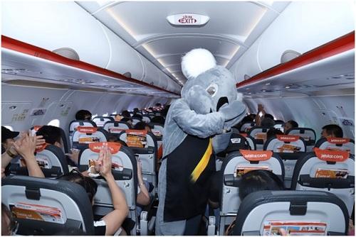 Hành khách thích thú với những món quà và tận hưởng không khí vui tươi trên chuyến bay.