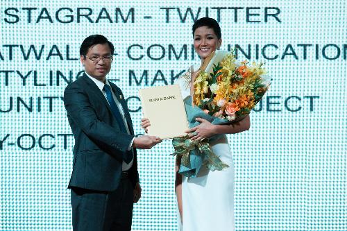 Ông Trần Ngọc Tâm - Quyền Tổng Giám đốc Nam A Bank công bố Hoa hậu Hoàn vũ Việt Nam 2017 HHen Niê trở thành đại sứ nhân ái cho các hoạt động cộng đồng của ngân hàng.