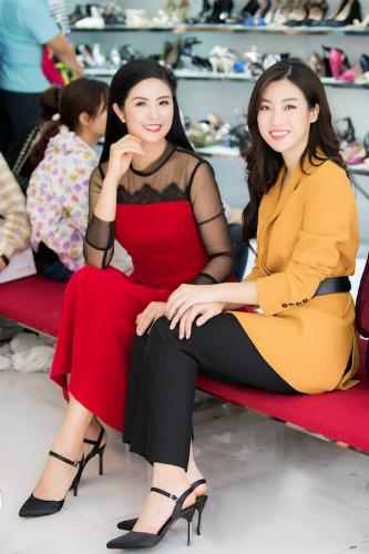 Hoa hậuĐỗ Mỹ Linh, Ngọc Hân đi mua sản phẩm giày túi của Juno.