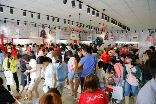 Các cửa hàng Juno chật kín khách hàng trong thời gian diễn ra chương trình.