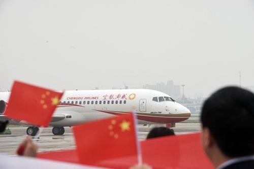 Máy bay ARJ21 của Trung Quốc trong chuyến bay thương mại đầu tiên. Ảnh:AFP