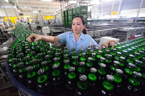 Sản xuất bia chai tại Tổng công ty Bia, rượu, nước giải khát Sài Gòn. Ảnh: SG