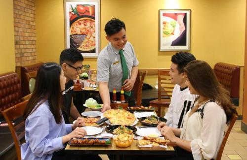 Với không gian ẩm thực mang phong cách Ý hiện đại, trẻ trung, The Pizza Company luôn mang đến cho khách hàng những trải nghiệm mới trong từng chiếc bánh pizza.