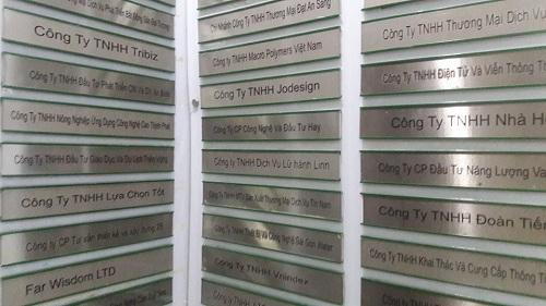 Một phần trong danh sách hàng trăm công ty cùng thuê tại Lầu 9, Tòa nhà Vietcomreal - Trụ sở theo đăng ký của Công ty Modern Tech. Ảnh: PĐ