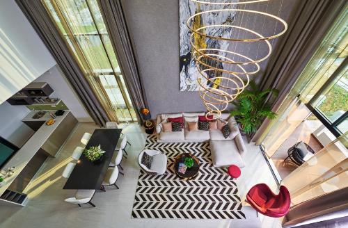 Thiết kế thông tầng giúp mỗi ngôi nhà tại The Mansions đều đón trọn ánh sáng và sắc xanh tự nhiên.