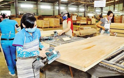 Công nhân làm việc trong một phân xưởng của Gỗ Trường Thành.