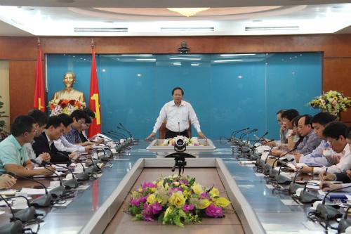 Bộ trưởng Trương MInh Tuấn làm việc với các nhà mạng chiều 10/4. Ảnh: MIC