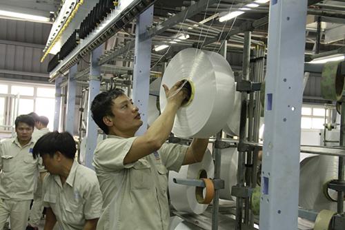 Công nhân thử sợi tại phân xưởng sợi của PVTex. Ảnh: Chung Vũ