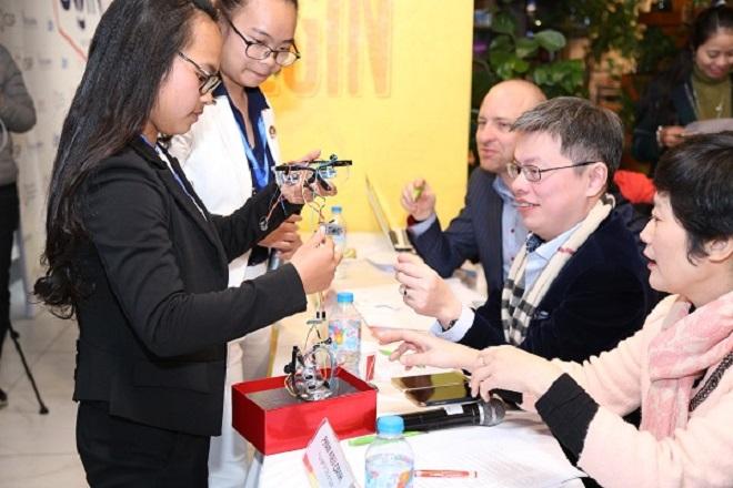 Một đội thi phát triển sản phẩm dành cho người khiếm thị trong cuộc thi khởi nghiệp xã hội dành cho giới trẻ.