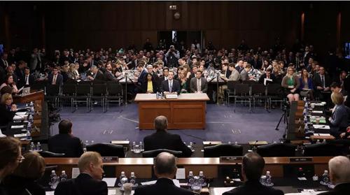 Mark trả lời câu hỏi của 44 thượng nghị sỹ Mỹ sau bê bối lộ dữ liệu người dùng. Ảnh: AFP