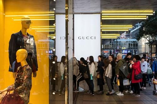 Khách mua xếp hàng trước một cửa hàng của Gucci (thuộc Kering). Ảnh: Bloomberg
