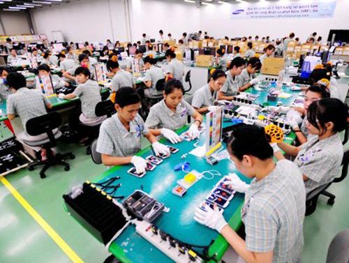 Lao động Việt Nam làm việc tại nhà máy Samsung.