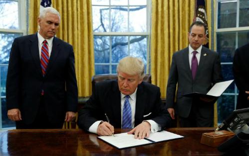 Ông Trump ký sắc lệnh hành pháp với nội dung rút Mỹ khỏi TPP khi vừa nhậm chức hồi tháng 1. Ảnh: Reuters.