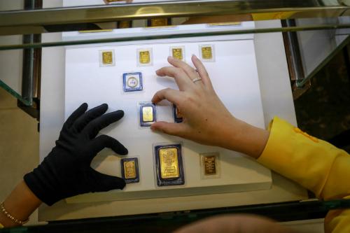 Giá vàng tại PNJ giảm cả trăm nghìn đồng sáng nay. Ảnh: Thành Nguyễn.