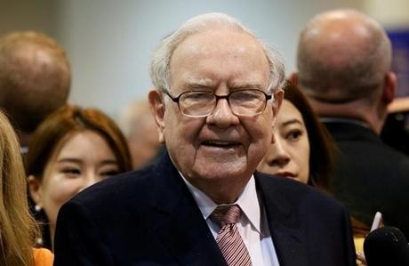 Warren Buffett trong Đại hội cổ đông Berkshire Hathaway năm ngoái. Ảnh: Reuters