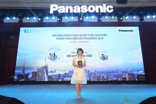 Bà Phạm Thị Mai Anh - Giám đốc Công ty TNHH Đầu Tư & Phát triển Thương Mại Bảo Minh nhận kỷ niệm chương.