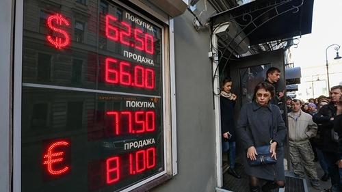 Một bảng điện tử hiển thị giá rouble so với USD và euro. Ảnh: TASS