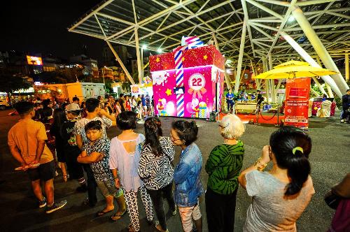 Giới trẻ Sài Gòn khám phá hộp quà cao 4m của Co.opmart