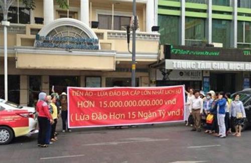 Hàng chục người đến trước văn phòng Modern Tech trên phố Nguyễn Huệ tố cáo công ty này lừa đảo bằng hình thức huy động vốn đầu tư vào tiền ảo Ifan, Pincoin ngày 8/4.