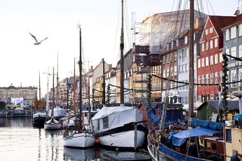 Chính phủ Đan Mạch tìm cách tiêu núi tiền