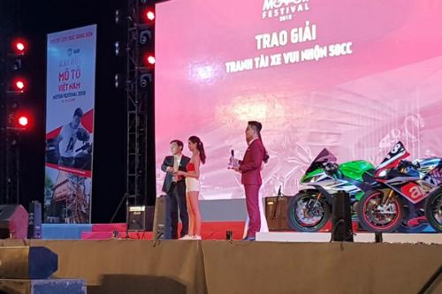 Ông Lê Hồng Ngân - Giám đốc Phát triển Kinh doanh Công ty Đất Xanh Đông Nam Bộ trao giải cho thí sinh cuộc thi xe đẹp.