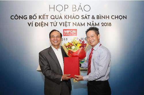 Đại diện MoMo nhận chứng nhận Ví điện tử số một Việt Nam năm 2018.