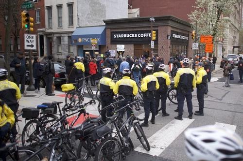 Cảnh sát và người phản đối bên ngoài một cửa hàng Starbucks cách đây vài ngày. Ảnh: AFP