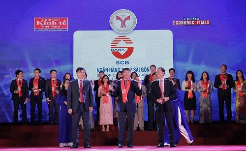 Ông Lại Quốc Tuấn - Phó Tổng Giám đốc Ngân hàng TMCP SCB nhận giải thưởng Thương hiệu mạnh Việt Nam 2017