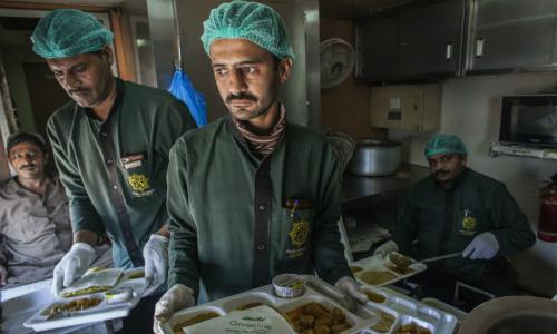 Nhân viên chuẩn bị đồ ăn trên tàu Green Line. Ảnh: Bloomberg.