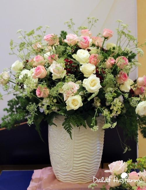 Ông mang đến phong cách cắm hoa đơn giản, gần gũi với thiên nhiên nhưng vẫn tôn lên vẻ đẹp của hoa chủ đạo để người xem có thể học theo và trang trí cho không gian nhà, nơi làm việc hay dùng để kinh doanh.