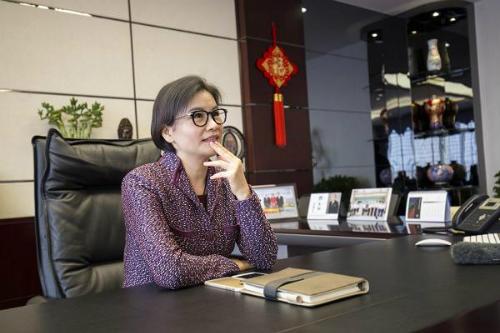 Nữ tỷ phúZhou Qunfei tại văn phòng làm việc củaLens Technology.