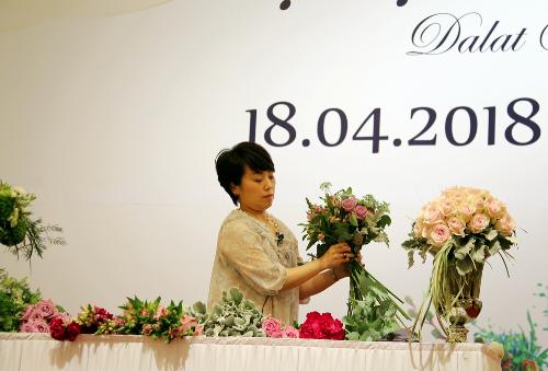 Khách tham dự đều ấn tượng với phần biểu diễn cắm hoa nghệ thuật dùng để tặng sinh nhật, hoa cưới& của nghệ nhân Nhật Bản Rieko Matsushima. Vượt qua các đối thủ khác đến từ Nhật Bản, Hàn Quốc, Trung Quốc... cô giành chiếc cúp vô địch cắm hoa Calimero châu Á - Thái Bình Dương năm 2017.