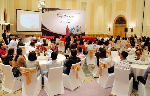 Ngày 18/4 tại Hà Nội, Công ty TNHH Dalat Hasfarm tổ chức chương trình dạ tiệc hoa tri ân khách hàng với sự tham gia đông đảo nhà phân phối.Nhiều loại hoa đặc sắc của Dalat Hasfarm được trưng bày để khách tham quan, thưởng lãm như hoa thủy tiên, hoa hồng, cúc họa mi, sống đời cắt cành, hồng môn, Calimero&