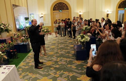 Bên cạnh đó, người tham dự còn được chiêm ngưỡng phần trình diễn cắm hoa độc đáo của nghệ nhânLen Alkemadeđến từ Hà Lan.