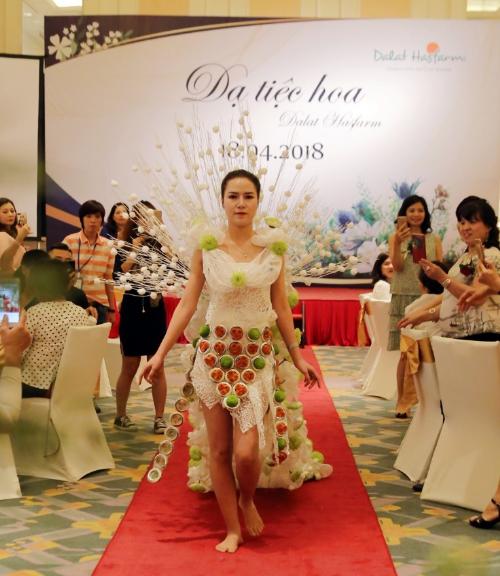 Điểm nhấn của dạ tiệc hoa là chương trình biểu diễn thời trang độc đáo được thiết kế từ hoa tươi của Dalat Hasfarm do nghệ nhân quốc tế Nguyễn Mạnh Hùng thực hiện.
