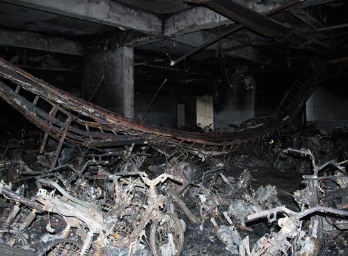 Hàng trăm xe máy cháy rụi dưới tầng hầm chung cư Carina Plaza sáng 23/3.Ảnh: Duy Trần.
