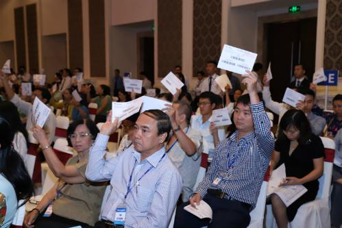 Cổ đông biểu quyết thông qua các tờ trình tại Đại hội cổ đông thường niên diễn ra hôm 20/4.